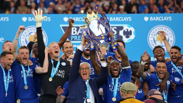 leicester-city-lifts-trophy